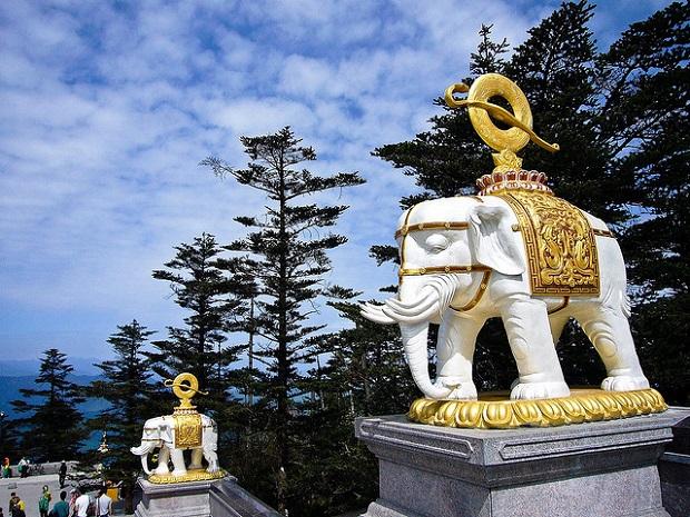 Mount Emei Elephant statues